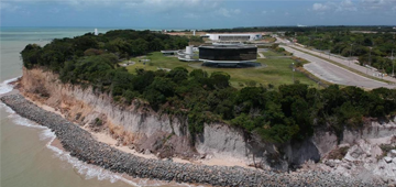 Professor do UNIESP alerta para riscos de desabamento na falésia do Cabo Branco